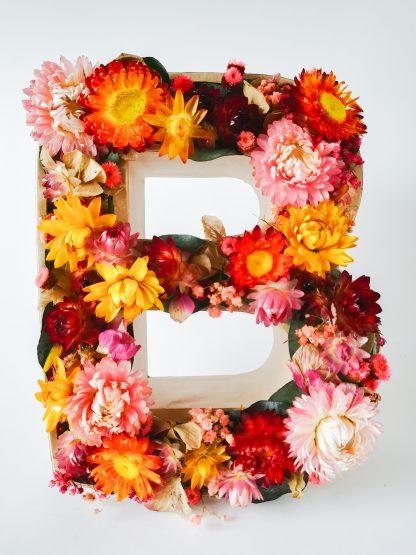 Letra con flores secas